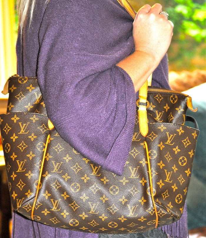 This Louis Vuitton Totally MM review will help everyone determine if this classic and stylish LV handbag is right for them. (P.S. It definitely is!) Where to Buy Louis Vuitton | What is Special About Louis Vuitton | How to Find a Louis Vuitton | Where to Buy a Purse | Louis Vuitton Reviews