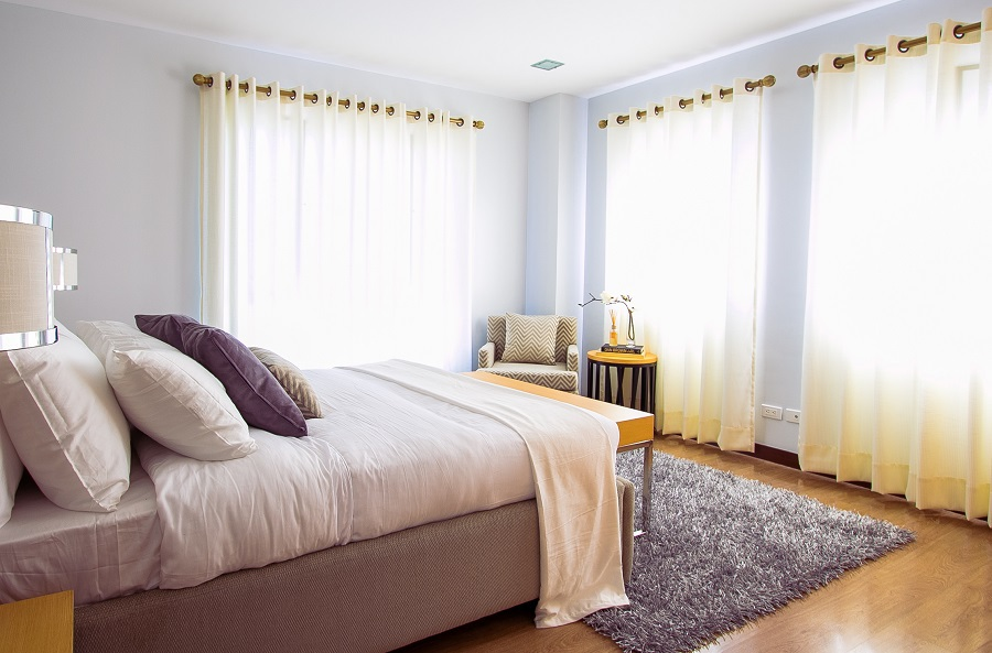 Make guests feel at home when they stay with you. If you know how to make a guest room comfortable, you can decorate it perfectly. Guest Room Ideas | Guest Room Decor | Home Staging | Decorating Tips | How to Decorate a Guest Room | Home Decor Ideas
