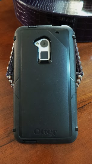 difference between otterbox defender and commuter defender - Wondering just what is the difference between Otterbox Defender and Commuter Cases? Our comparison review shows you how they compare side by side.