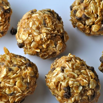 This no bake peanut butter oatmeal balls recipe is gluten free and dairy free making it the perfect healthy snack for an active lifestyle. No Bake Chocolate Oatmeal Balls | Oatmeal Energy Balls | Healthy Oatmeal Bites Recipe | Energy Balls with Oatmeal | Healthy Energy Balls Recipe