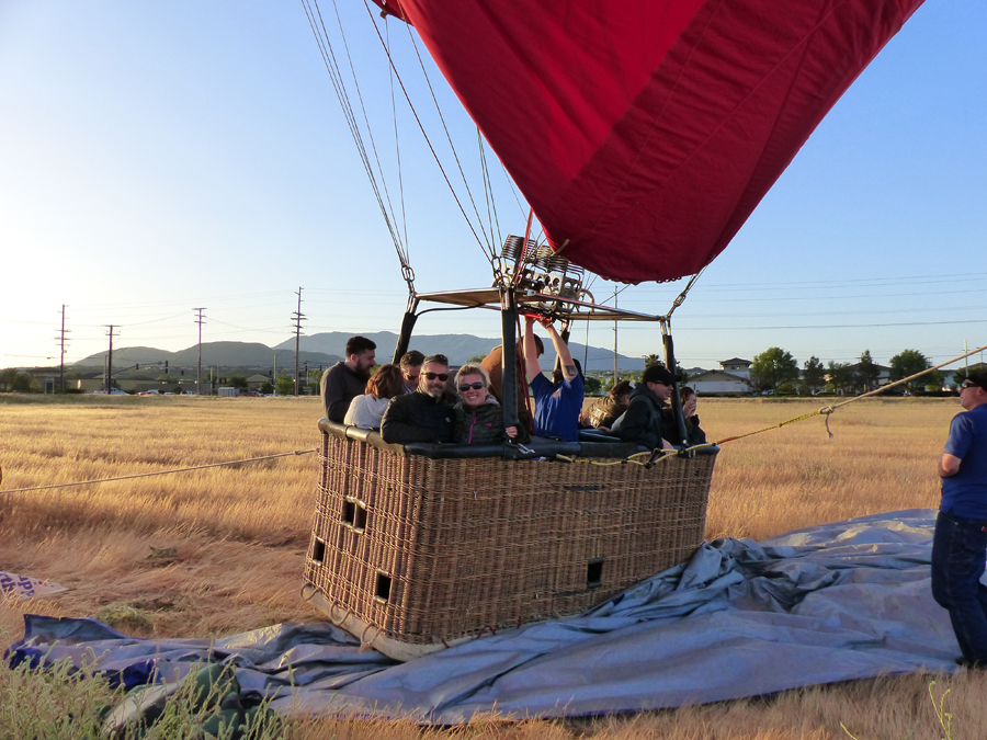 Hot air balloon rides are a bucket list item for many people. If you find yourself wondering what to expect on a hot air balloon ride, you are not alone. Travel Ideas | Hot Air Balloon Ideas | Hot Air Balloon Ride Tips | What to Expect in a Hot Air Balloon
