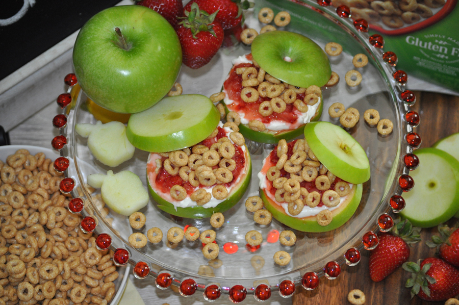 Enjoy these fresh Apple Cinnamon Cheerios snacks with strawberry fluff for a tasty gluten free recipe. These are perfect for a fun after school snack for kids and adults will love them, too.