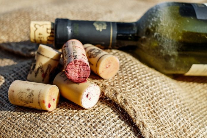 Use these creative DIY wine cork wreaths to give the best homemade gifts any wine lover would appreciate during the holiday season. DIY Wine Cork Ideas | DIY Gift Ideas | How to Make a Wine Cork Wreath | DIY Wreath Ideas