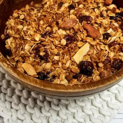 Make your own healthy crockpot granola recipe at home. This slow cooker granola recipe is gluten free and vegan free, too, making it an allergy friendly recipe. Healthy Crockpot Recipes | How to Make Granola | Is Granola Healthy | Can you Make Granola in a Crockpot | How to Make Granola in a Crockpot