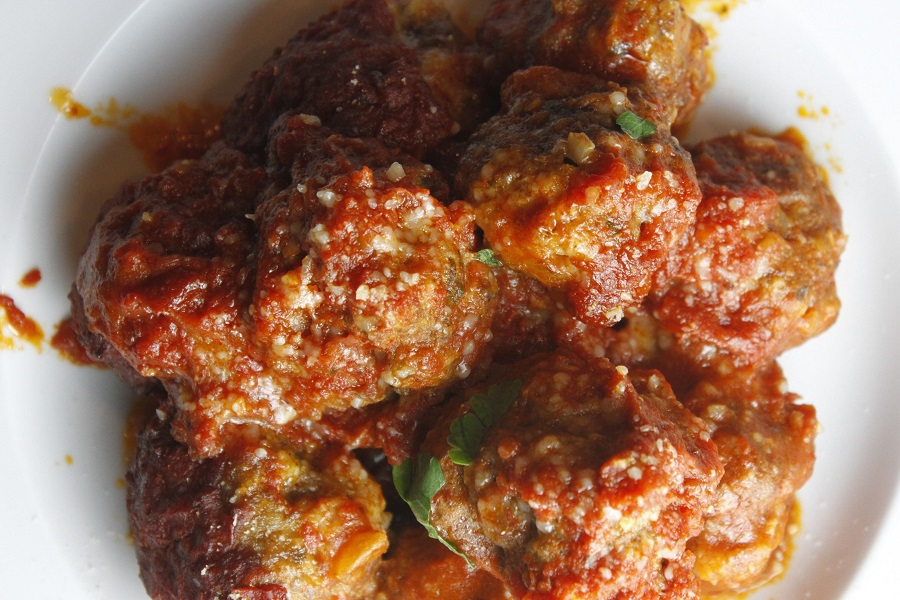 Crockpot Italian meatballs are a staple recipe that can be used for date night or family dinners. Crockpot meatballs are also a popular party food recipe! Old Fashioned Italian Meatballs | Savory Italian Meatballs | Meatballs Sauce | Italian Meatballs for a Crowd | Crockpot Italian Recipes | Spaghetti and Meatballs Recipes