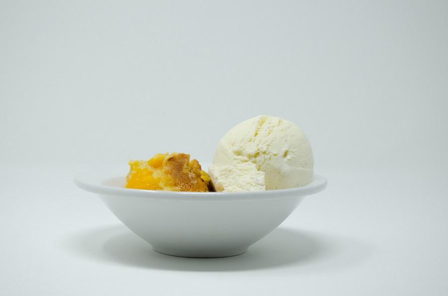 Crockpot Peach Cobbler Recipes a Bowl of Peach Cobbler with Ice Cream